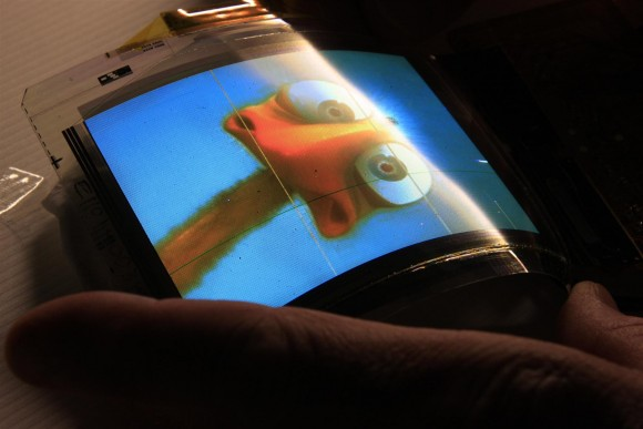 LG deve lançar primeiro smartphone com tela flexível ainda esse ano. (Foto: Reprodução / Slashgear)