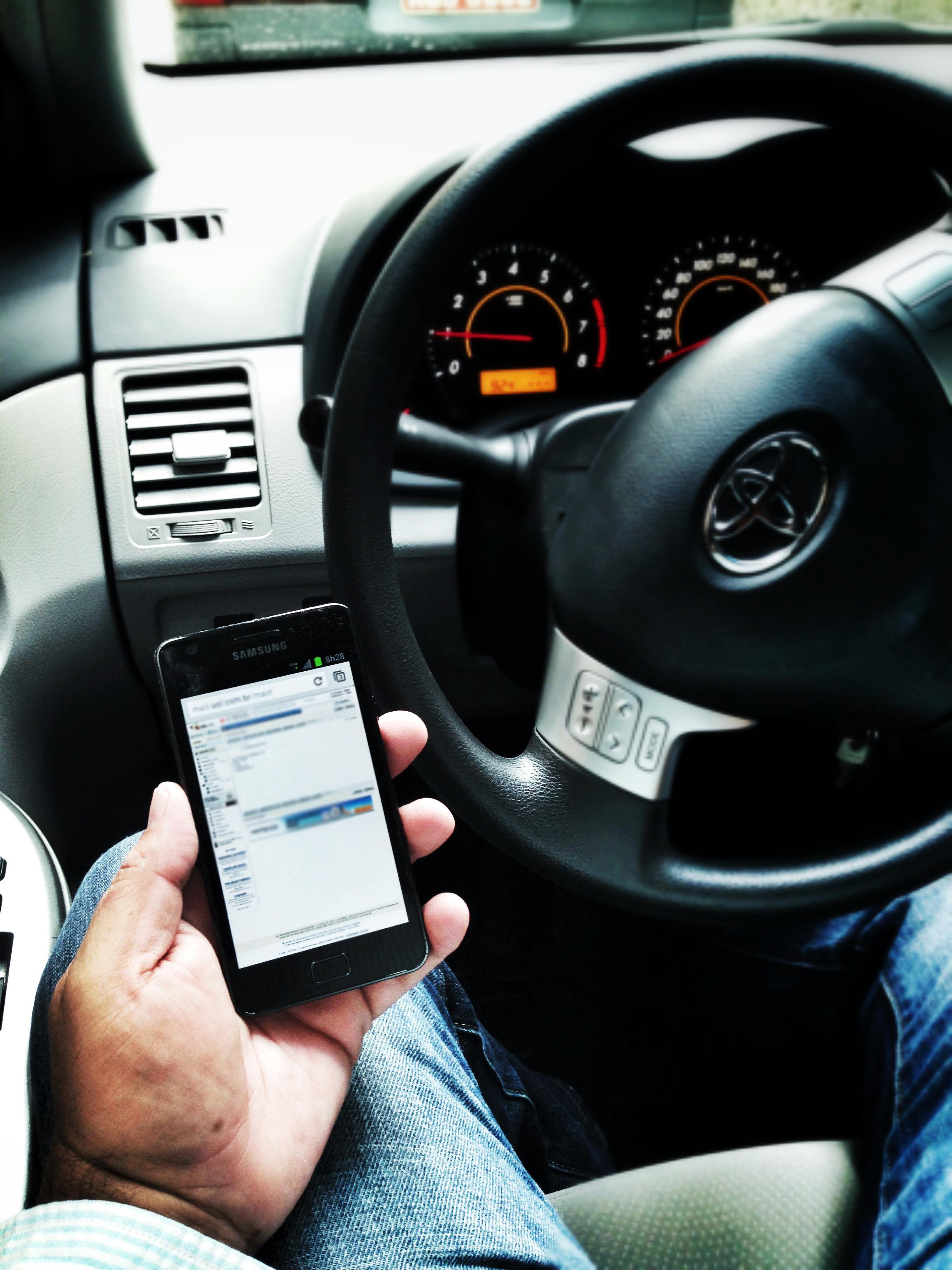 Operar smartphones pela voz, no trânsito, é tão perigoso quanto digitar (Foto: Gisele Góes)