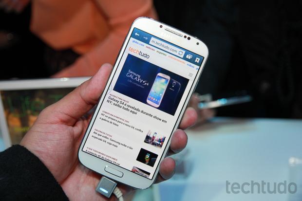 S4 tem tela excelente, que empata com a do iPhone 5 (Foto: Allan Melo/TechTudo)
