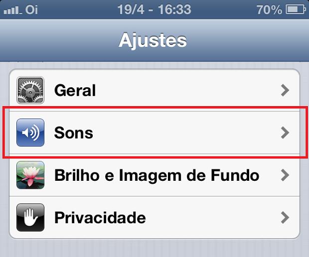"""Acesando a opção """"Sons"""" nos ajustes do iPhone (Foto: Reprodução/Edivaldo Brito)"""