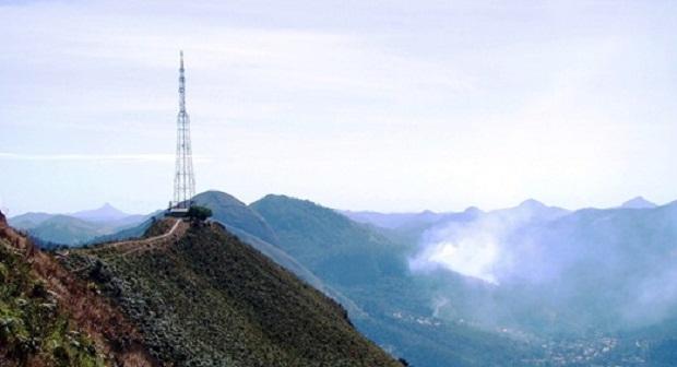 Moradores distantes da torre de transmissão instalaram antenas no alto dos morros para trazer em casa o sinal através do cabo. (Foto: Reprodução/Osmar Castro)