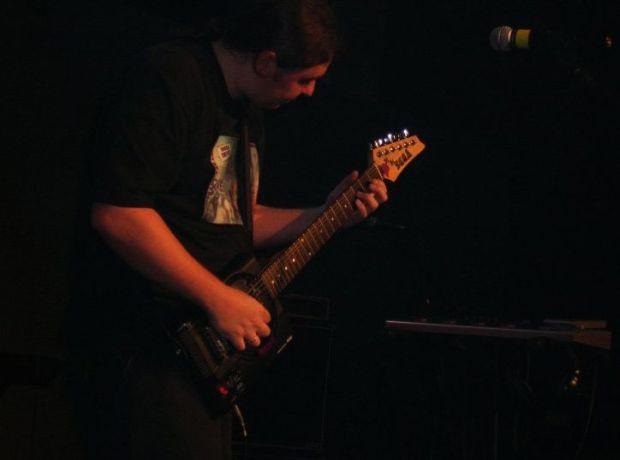 A guitarra construída com a carcaça de um console Mega Drive (Foto: Divulgação)