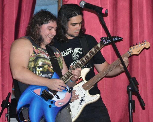 Nino, o criador do MegaDriver, com o guitarrista Brunão, no primeiro show em São Paulo de 2013 (Foto: Divulgação)