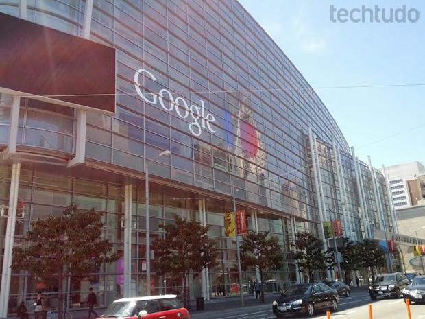 Em frente ao local onde acontecerá o Google I/O, tiramos uma foto com o Google Glass (Foto: Marcello Azambuja / TechTudo)
