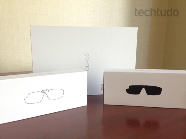 Caixa do Google Glass, com lentes claras e escuras (Foto: Marcello Azambuja / TechTudo)