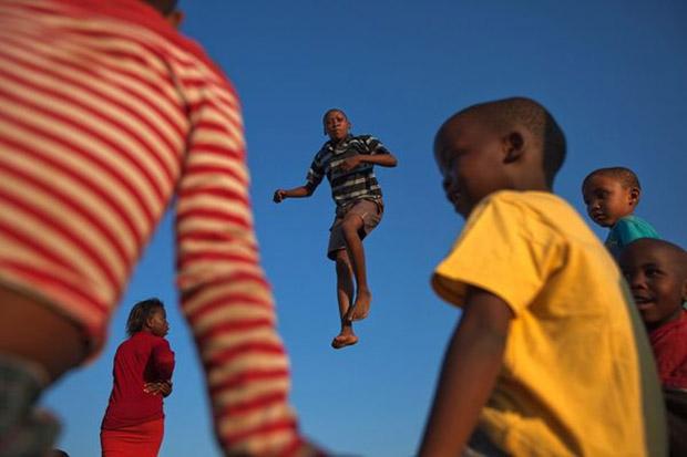Imagem de crianças brincando em trampolim (Foto: James Nachtwey)