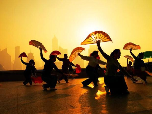 Imagem de silhuetas de pessoas praticando exercícios matinais (Foto: Justin Guariglia)