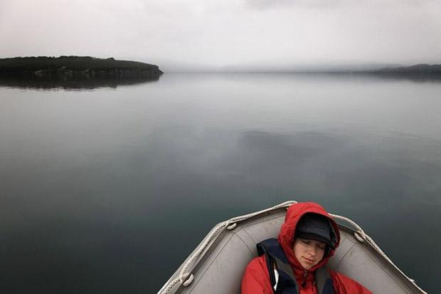 Imagem de pessoa em bote numa lagoa (Foto: Randy Olson)