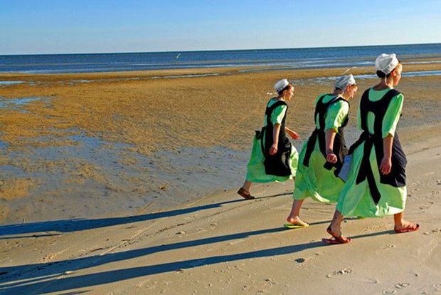 Imagem de mulheres caminhando sobre areia em praia (Foto: Johnny Nicoloro)