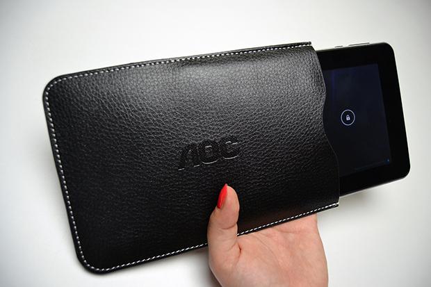 Capinha de boa qualidade acompanha o tablet AOC (Foto: Stella Dauer)