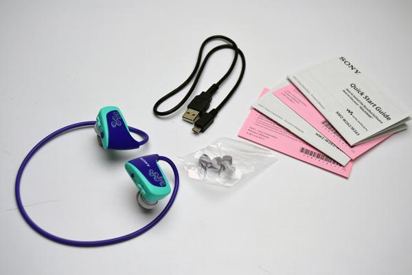 MP3 Player à prova d'água Sony Walkman NWZ-W262: conteúdo da embalagem (Foto: Stella Dauer) (Foto: MP3 Player à prova d'água Sony Walkman NWZ-W262: conteúdo da embalagem (Foto: Stella Dauer))