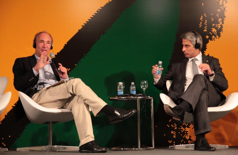 Tim Berners-Lee, o criador da web, e o deputado Alessandro Molon (PT-RJ) participaram do evento sobre a web no Rio de Janeiro  (Foto: TechTudo/Gabriela Viana)