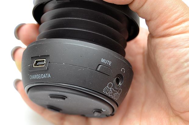 Conexão de áudio, botão mute e conexão mini USB (Foto: Stella Dauer)