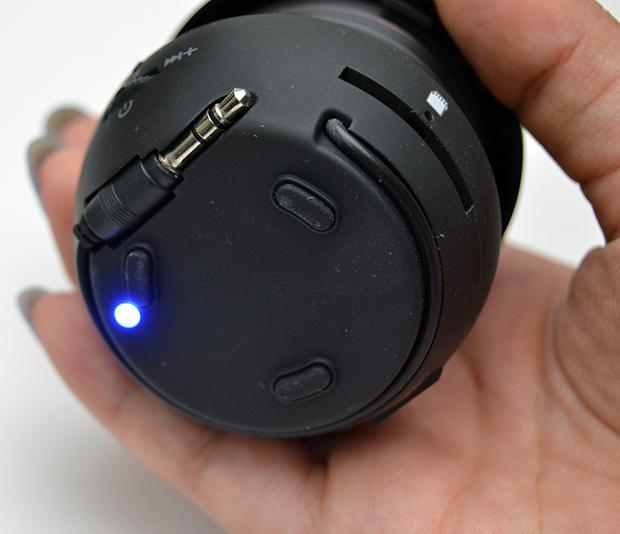 LED de aviso e cabo para conexão de áudio (Foto: Stella Dauer)