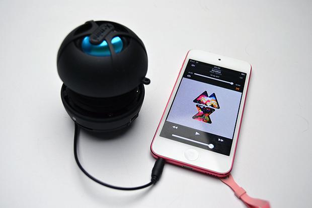 Happy conectado a um gadget (Foto: Stella Dauer)