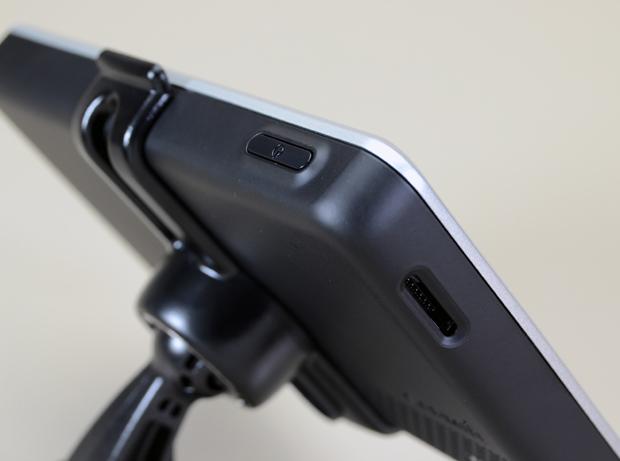 Entrada para cartão microSD é um extra (Foto: Stella Dauer)