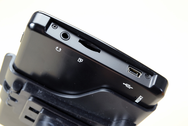 Entrada para cartão microSD e para áudio, além de uma miniUSB (Foto: Stella Dauer)
