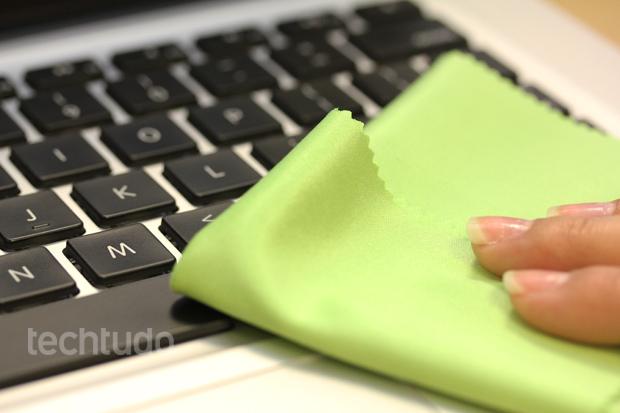 Para limpeza do teclado, um pano limpo é fundamental (Foto: TechTudo/Pedro Cardoso)
