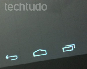 Tela do Multilaser M7: contra a luz, é possível ver linhas paralelas (Foto: Dário Coutinho/TechTudo)