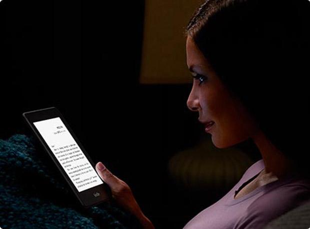 Kindle Paperwhite permite ler no escuro (Foto: Divulgação)