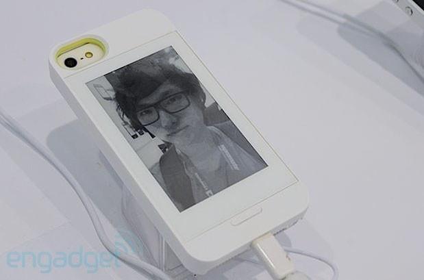 Case coloca tela de E Ink na parte traseira do iPhone (Foto: Reprodução/Engadget)