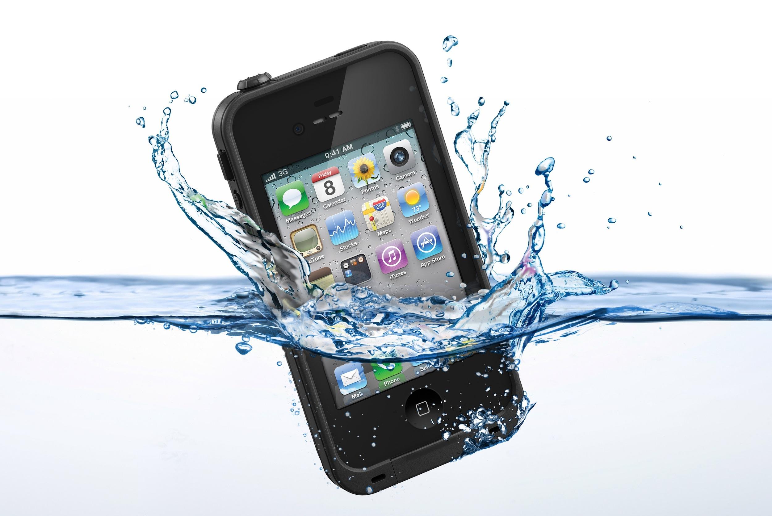 Cases protegem o iPhone contra danos externos, incluindo contato com a água. (Foto: Reprodução / Gadget Review)