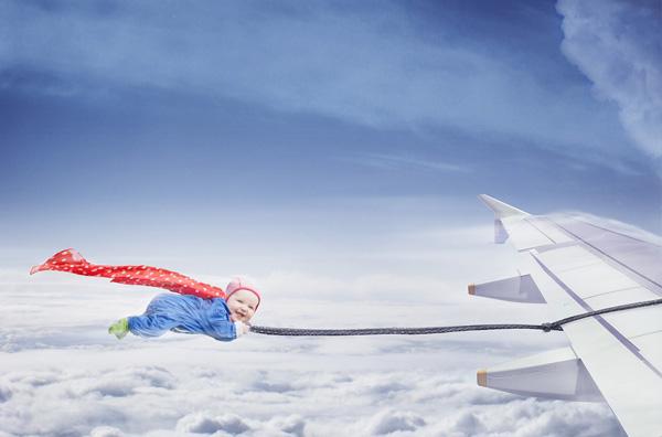 A pequena Signhild pegando carona na asa de um avião. (Foto: Emil Nystrom)