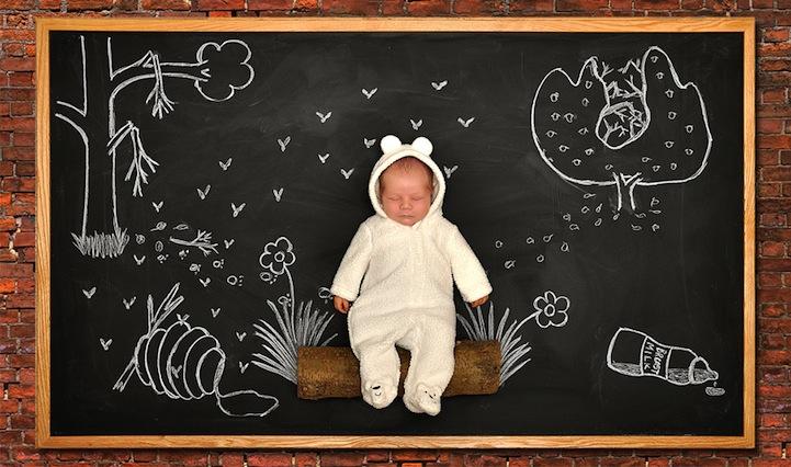 Enquanto Anna faz as fotos e prepara o bebê, seu marido faz os desenhos no quadro-negro (Foto: Divulgação/ Anna Eftimie)