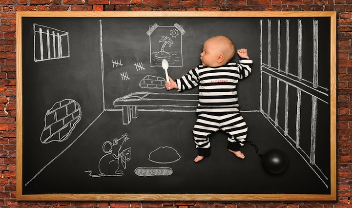 Neste cenário a criança é retratada de forma hilária como um presidiário em Alcatraz (Foto: Divulgação/ Anna Eftimie)
