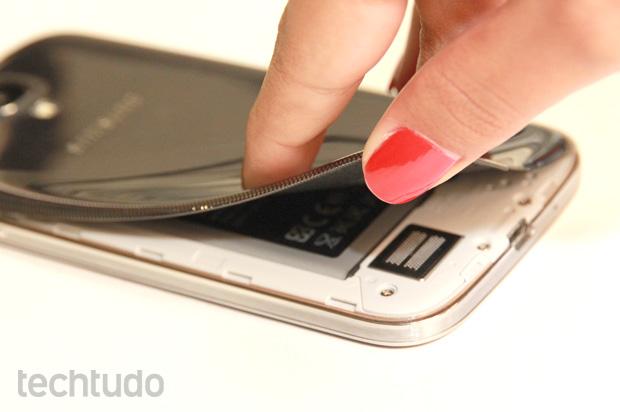 Tampa traseira flexível e frágil do Galaxy S4 é ponto fraco (Foto: Allan Melo/TechTudo)