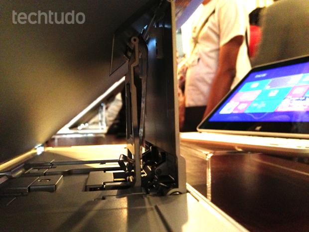 SlidePad exibe cabo flat e tem luz vazando na traseira (Foto: André Fogaça/TechTudo)