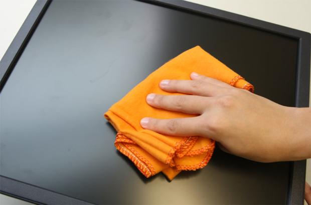 Limpeza da tela exige alguns cuidados especiais com relação aos produtos utilizados (Foto: Reprodução)