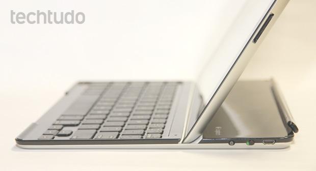 Preso por um imã a 60 graus, o iPad é acoplado com perfeição ao Ultrathin Keyboard Cover da Logitech (Foto: Allan Melo / TechTudo)