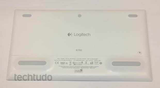 Parte de trás do teclado, onde fica localizado o botão para ativar o Bluetooth (Foto: Caio Renan/TechTudo)