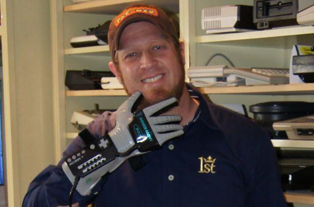 Alex Mamed e sua Power Glove (Foto: Divulgação)