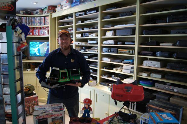 Mamed e sua coleção de videogames: Ele não compra consoles no lançamento, buscando o melhor preço (Foto: Divulgação)
