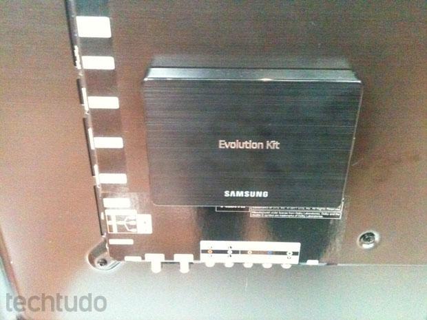 Evolution-Kit-de-perto,-conectado-atrás-dos-aparelhos-de-TV
