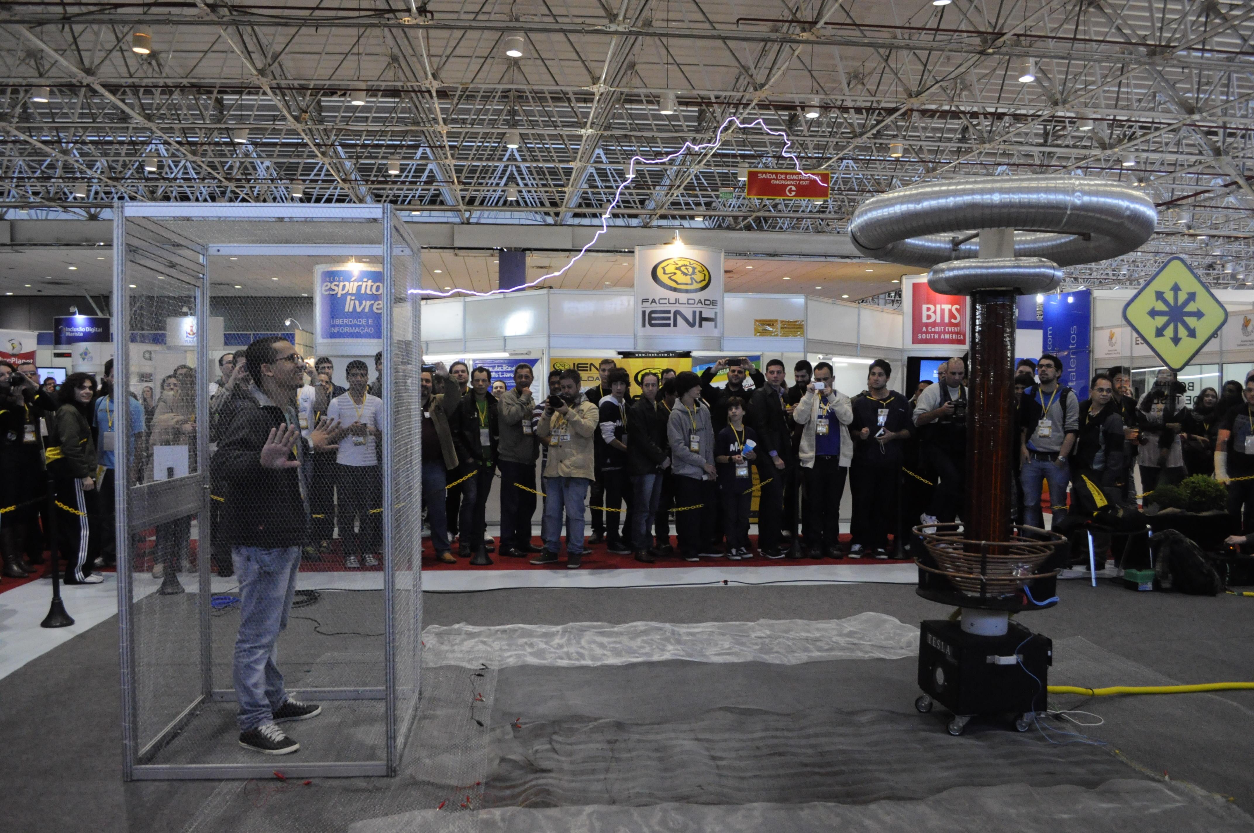 Sem medo, visitante recebe choque da bobina de Tesla (Foto: Giordano Tronco/Techtudo)