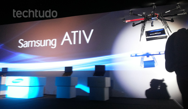 """Modelo Ativ Book 9 sendo transportado por um """"drone"""" até o palco (Foto: TechTudo/Pedro Zambarda)"""