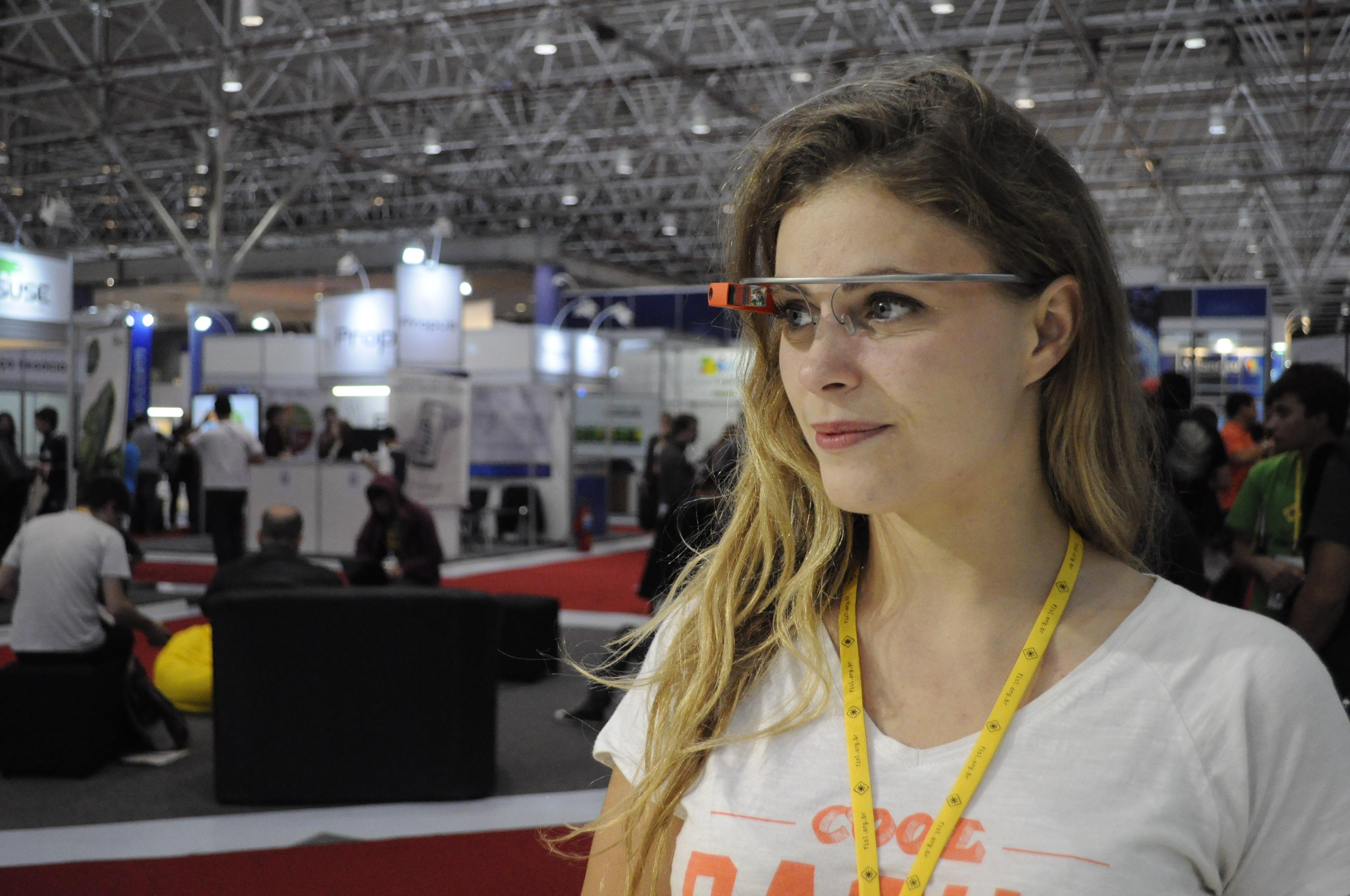 Camille com o Google Glass no Fisl (Foto: Giordano Tronco/Techtudo)