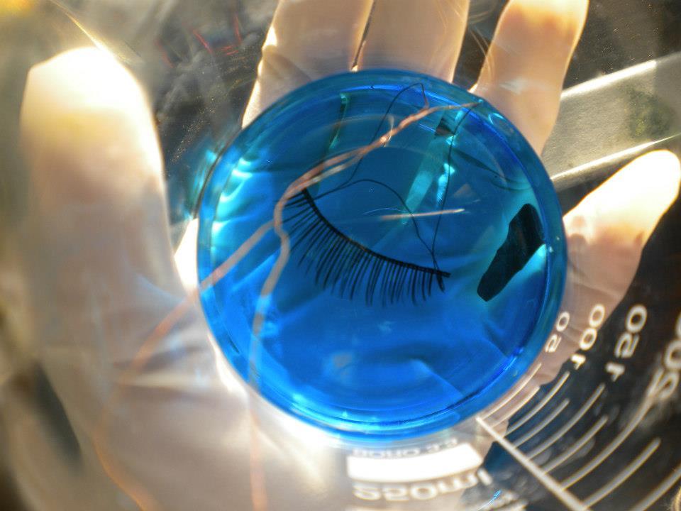 Os cílios são tratados quimicamente para não perderem a cor original e recebem fios metalizados (Foto: Reprodução/Beauty Technology)