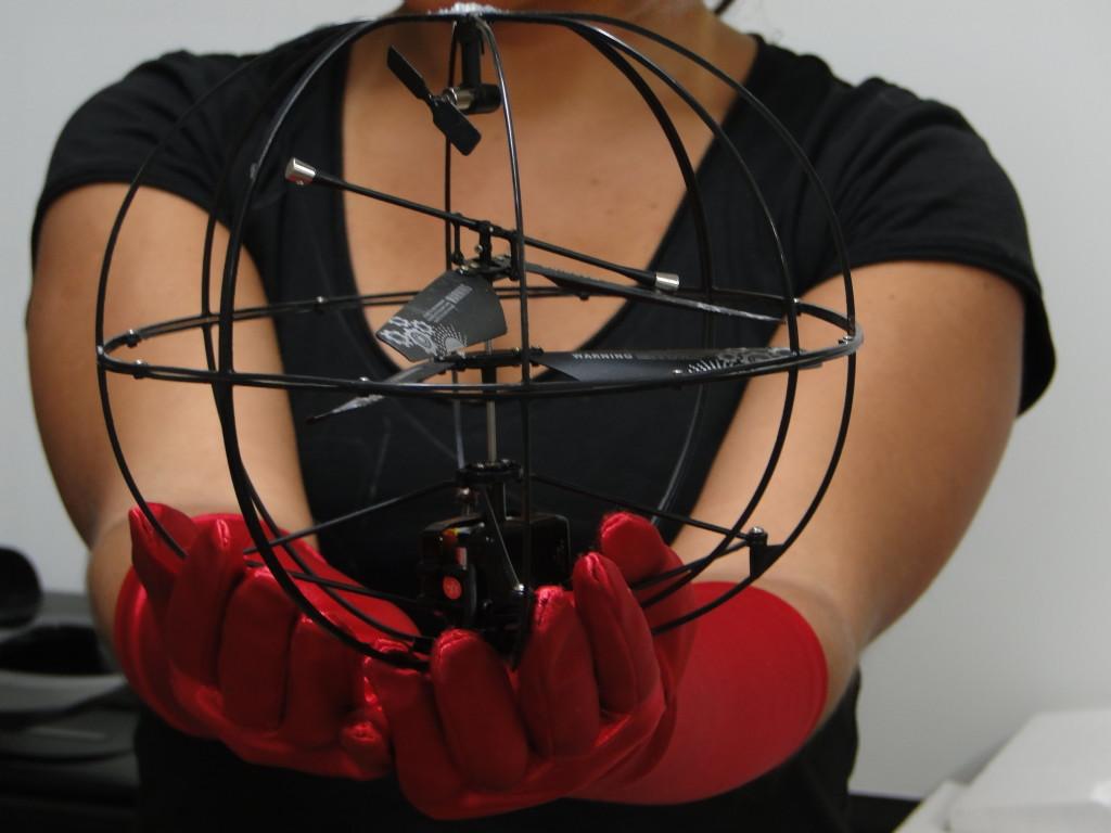 O objeto levitado por Kátia durante a apresentação no TEI 2013 Challenge Design (Foto: Reprodução/Beauty Technology)