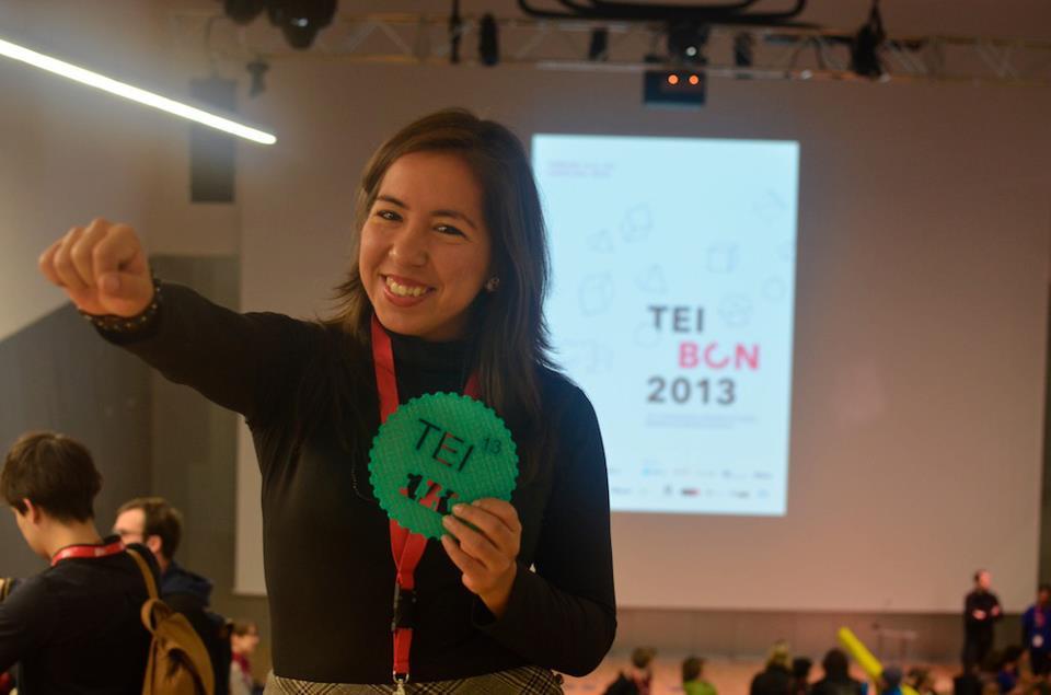 Kátia Vega com o prêmio de primeiro lugar em Design Challenge TEI (Foto: Paulo Guerra F.)