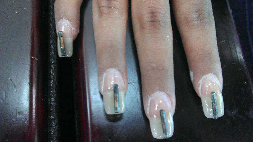 As unhas recebem etiquetas de RFID que são aplicadas no acrigel (Foto: Reprodução/Beauty Technology)