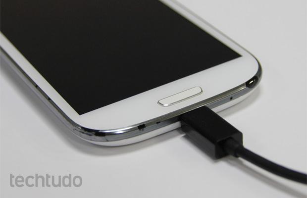 Entrada microUSB de smartphone (Foto: Isadora Díaz/TechTudo)