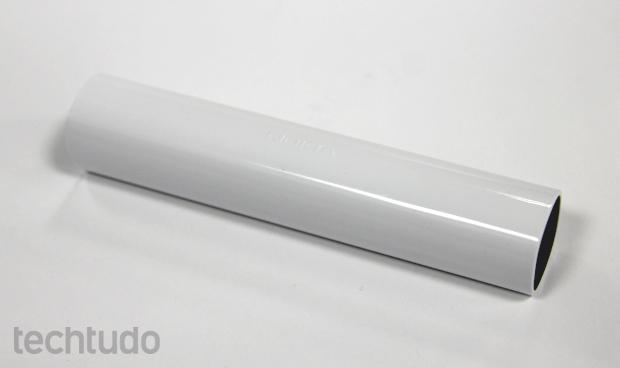 Nokia DC-16 tem formato cilíndrico e lembra um pacote de balas (Foto: Elson de Souza/TechTudo)