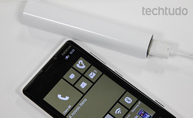 Nokia DC-16 recarregou cerca de 70% da bateria do Lumia 920 (Foto: Elson de Souza/TechTudo)