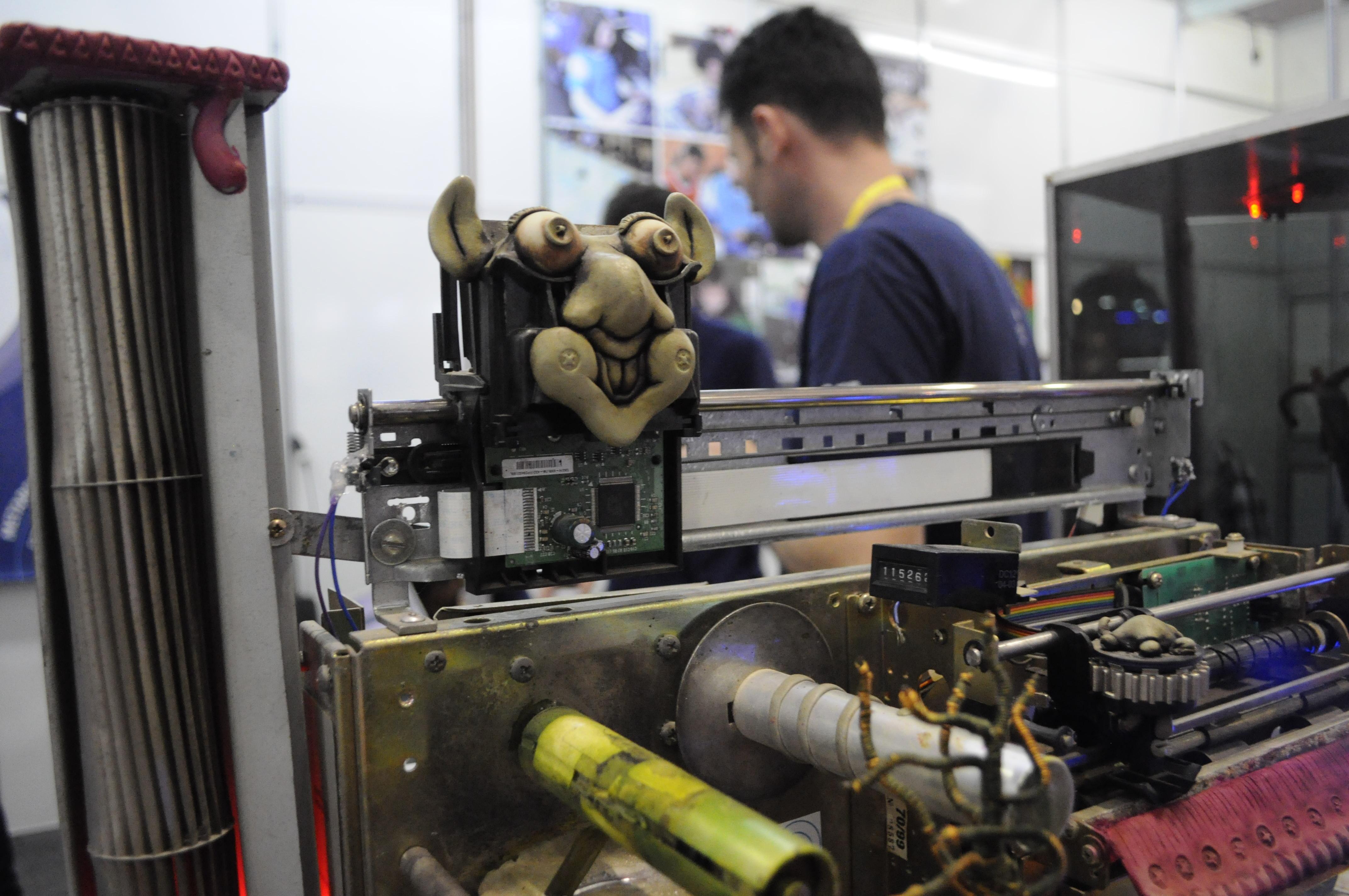 Robô feito com impressora antiga se mexe quando tocam no seu sensor (Foto: Giordano Tronco/Techtudo)
