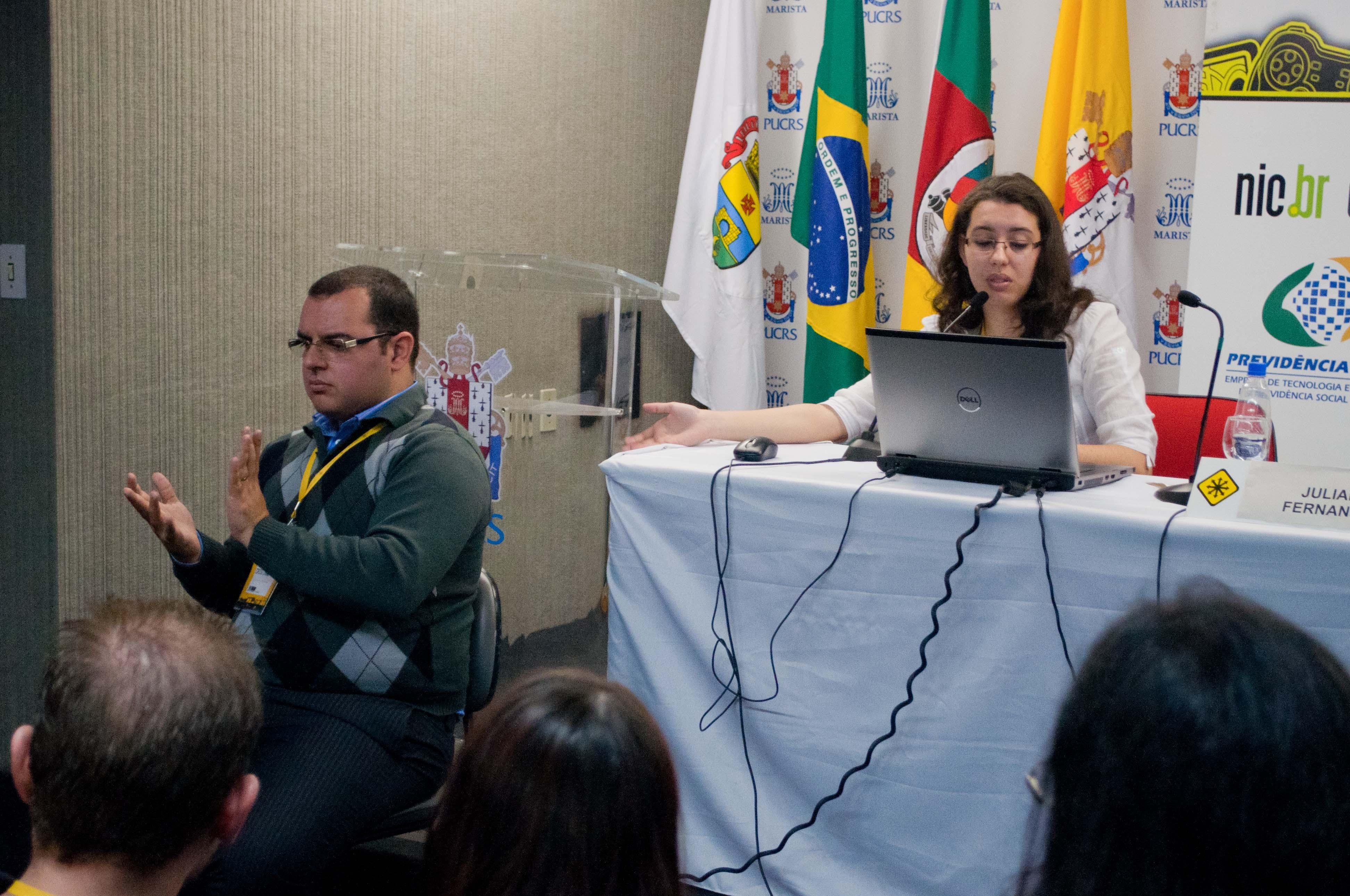 Palestra do Fisl sobre acessibilidade foi feita com a ajuda de um tradutor de Libras (Foto: Giordano Tronco/Techtudo)