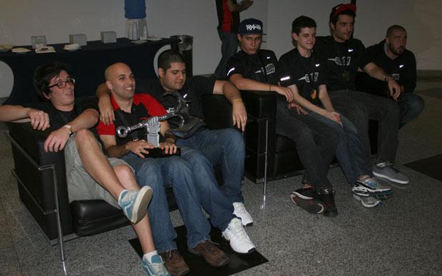 PaiN Gaming comemora com o troféu na mão (Foto: Felipe Vinha/TechTudo)